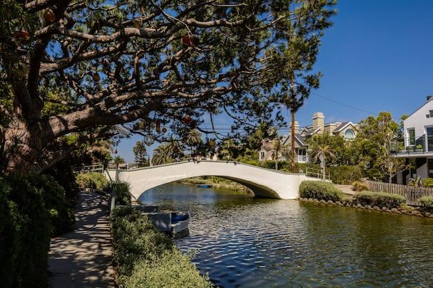 カリフォルニア州ロサンゼルスのベニスビーチにあるベニス運河沿いの住宅。