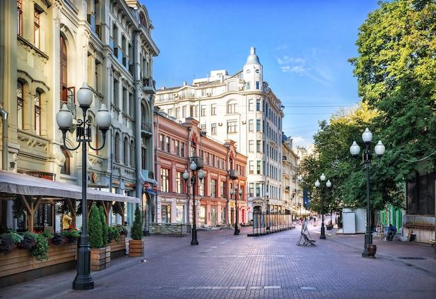 夏の朝にモスクワのアルバートにある家やカフェ、ランタン