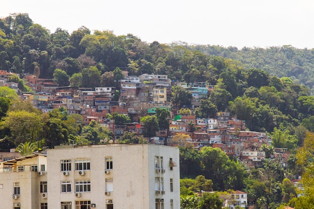 브라질 리우데자네이루의 julio otoni로 알려진 빈민가의 주택.