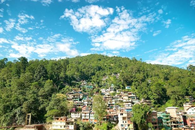 녹색 언덕에 마을에 있는 집. 인도, 시킴, 강톡