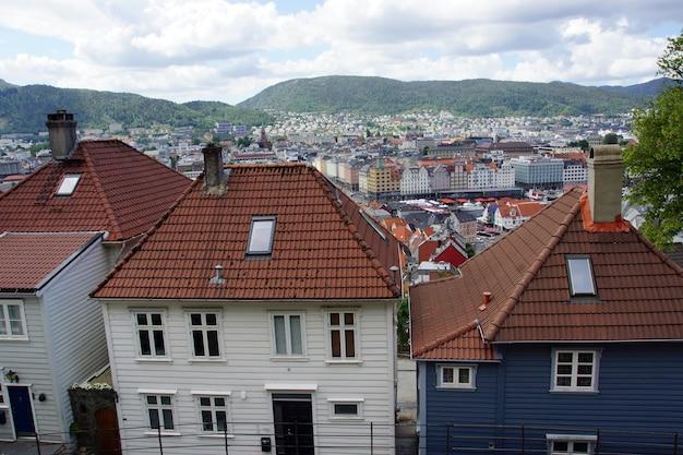 노르웨이 베르겐시의 기와 지붕이있는 나무로 만든 집