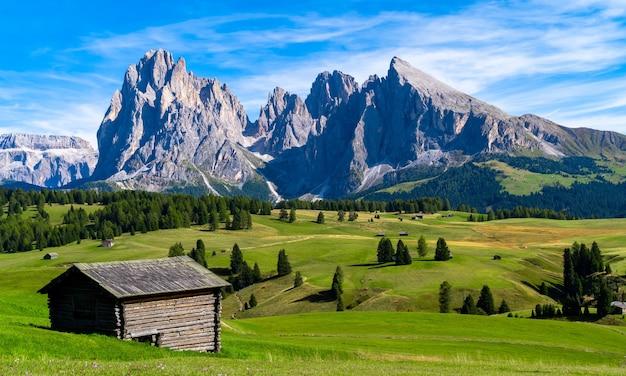 山の近くの家