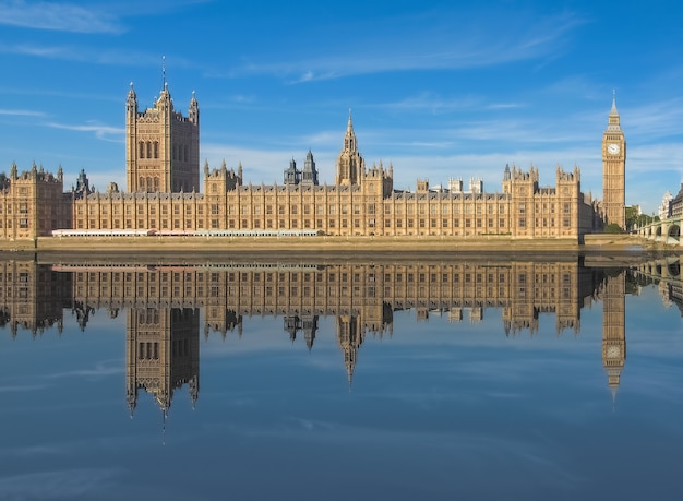 ロンドンのテムズ川に映る国会議事堂