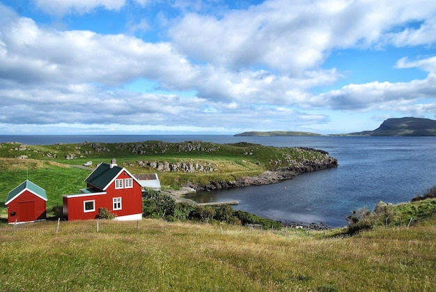 デンマーク、トースハウンの曇り空の海岸沿いの家々。海に面した木造住宅。美しい風景の眺め。国の夏休み。建築とデザイン。エコロジーと環境。