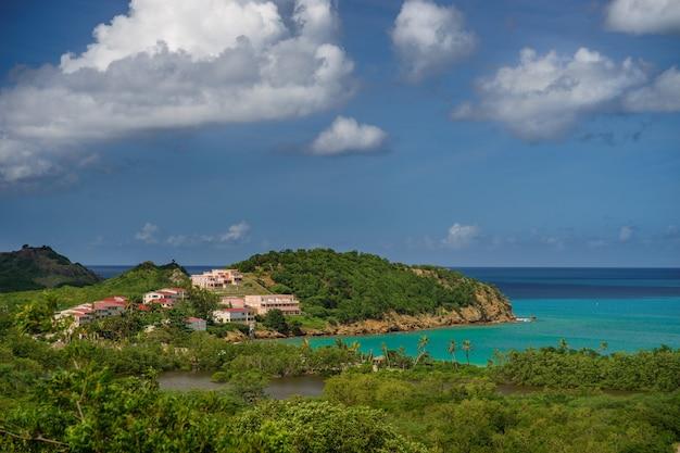 Дома на берегу залива карибского моря. Premium Фотографии