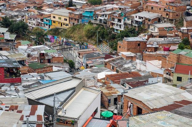 Дома на холмах комуна в медельине, колумбия