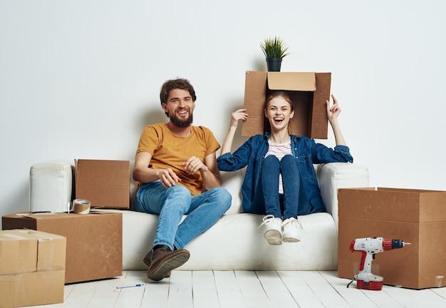 물건으로 새 아파트 상자로 이사하는 집들이 부부