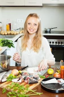 Домохозяйка приготовления рыбы в муке
