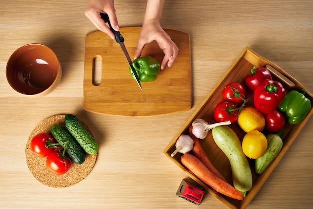 健康的な食事まな板を調理する主婦