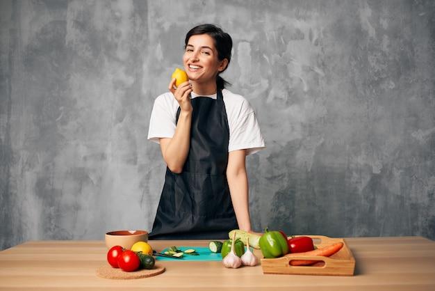 健康的な食事の孤立した背景を調理する主婦