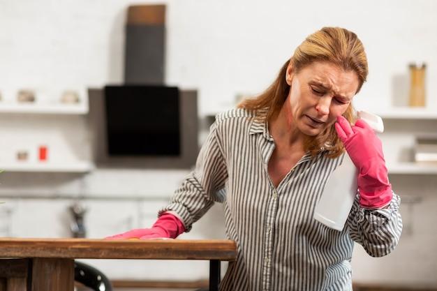 ほこりや化学物質にアレルギーがある主婦の咳やくしゃみ