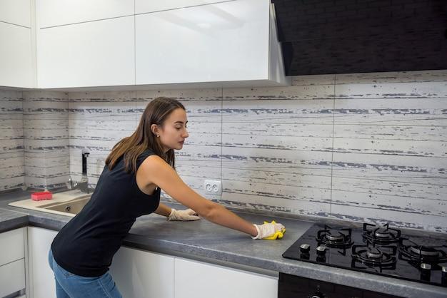 主婦は週末に一般的な家の掃除をします