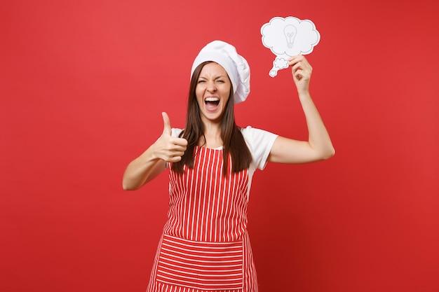 붉은 벽 배경에 격리된 줄무늬 앞치마 흰색 티셔츠 토크 셰프 모자를 쓴 주부 여성 요리사 또는 제빵사. 재미있는 가정부 여자는 전구 아이디어로 구름을 말합니다. 복사 공간 개념을 모의
