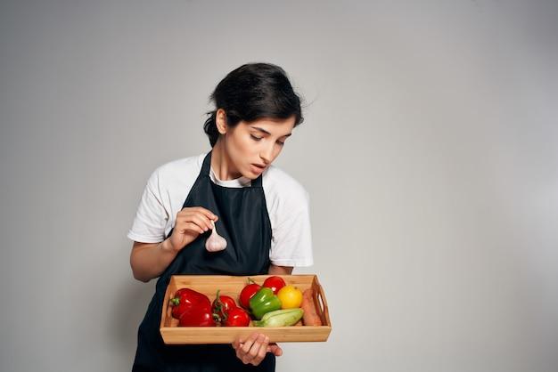 검은 앞치마 야채 신선한 음식 밝은 배경에 주부