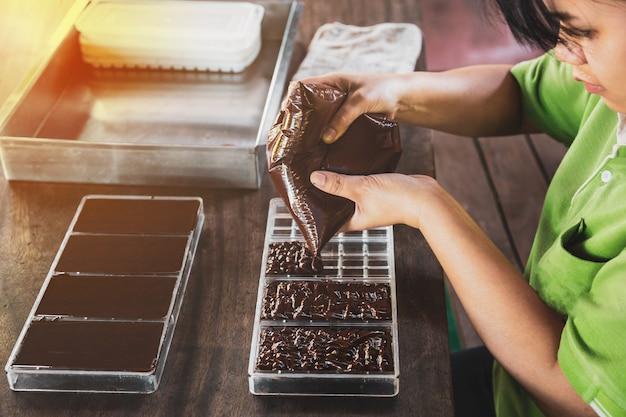 Домохозяйка готовит шоколадные конфеты ручной работы дома