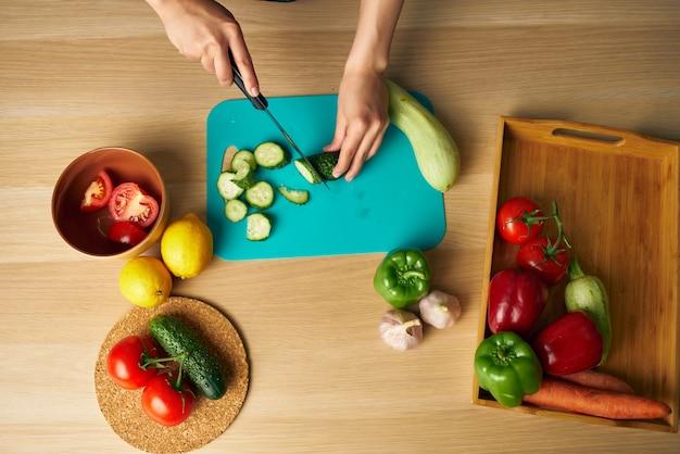 Домохозяйка на кухне резки овощей изолированного фона. фото высокого качества