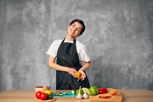 Домохозяйка на кухне резка овощей изолированный фон