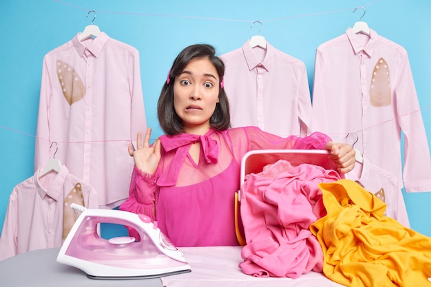Домохозяйка гладит белье дома