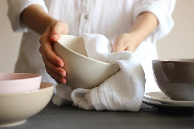 주부는 수건으로 설거지를 닦는다