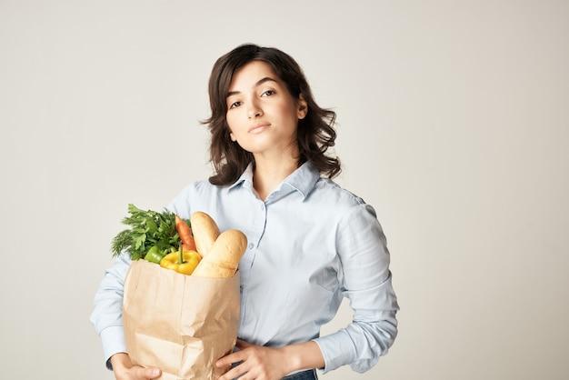 식료품 야채 슈퍼마켓 배달 패키지를 가진 주부