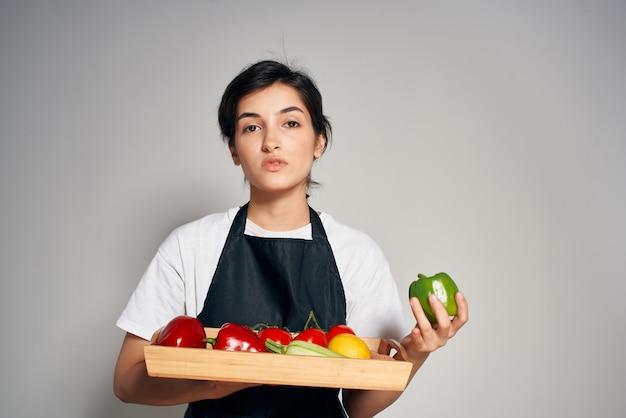 신선한 음식을 먹는 건강한 야채 쟁반을 든 주부