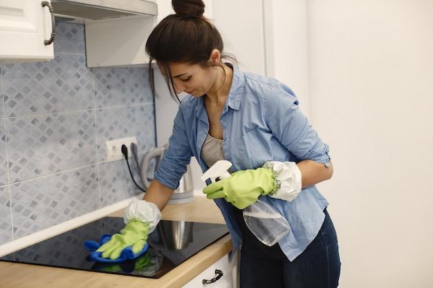 Домохозяйка работает дома.