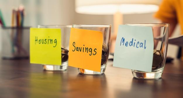 내부에 동전이 들어있는 병에 붙여 넣은 메모지를 저장하여 의료용 주택