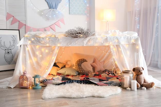 집에서 어린이 파티를 위해 화환으로 장식 된 오두막집