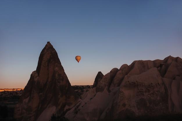 카파도키아 산 위로 열기구 비행