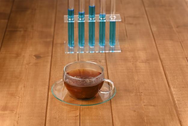 차에 화학 물질을 첨가하여 인공 뜨거운 음료를 만드는 방법