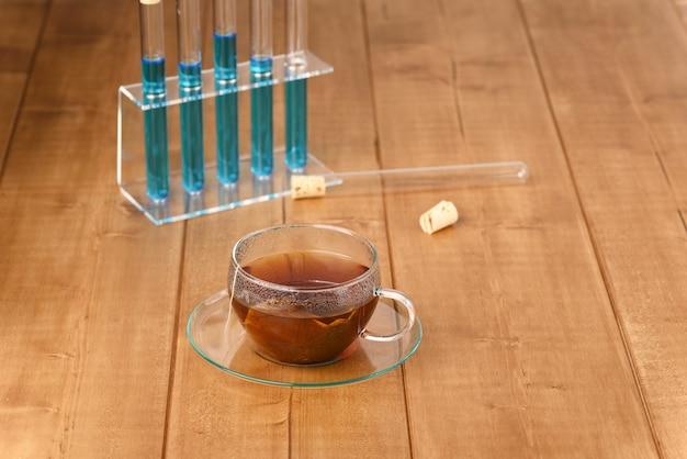 Как делают искусственные горячие напитки, добавляя в чай химикаты.