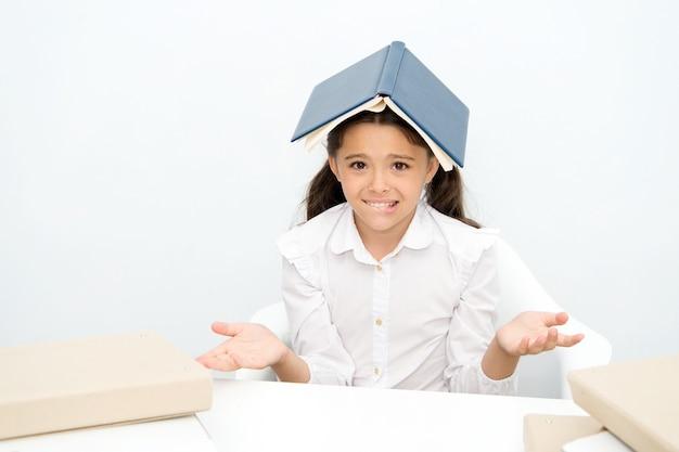 Как это можно узнать. девочки путать исчерпаны с крышей книги на белом фоне головы. школьница устала учиться и читать. малыш школьной формы усталым лицом не хочу читать дальше.