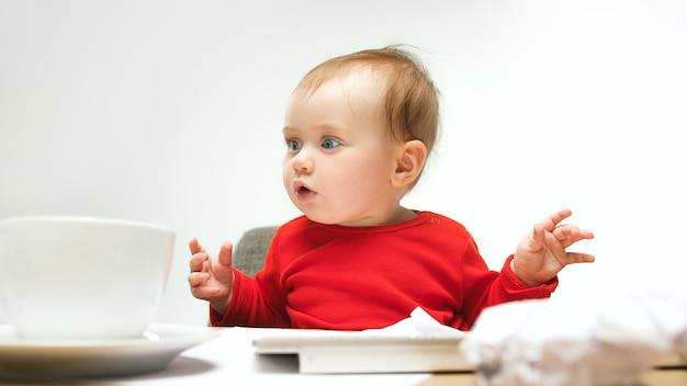 현대 컴퓨터 또는 노트북의 키보드로 앉아있는 아이 아기 소녀에 몇 개의 문서에 서명 할 수 있습니까?