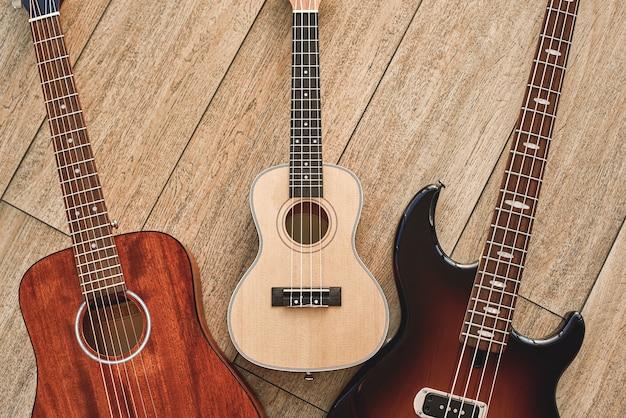 最初のギターの選び方アコースティック、エレクトリック、ウクレレなど、さまざまな種類のギターの上面図。楽器。音楽機器