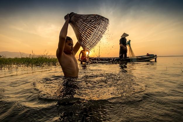 물고기 함정을 사용하여 고대 물고기를 찾는 방법과 사람들은 행복하게 살고 있습니다.