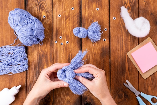장식용으로 귀여운 실새를 만드는 방법. 어린이 미술 프로젝트. diy 개념입니다. 손은 파란색 비둘기의 파란색 실로 만들어집니다. 단계별 사진 지침.