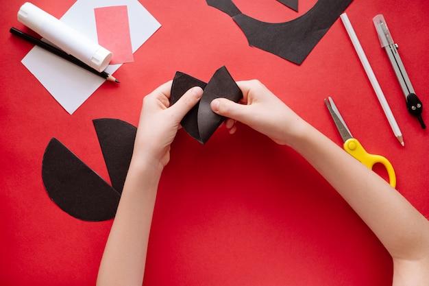 Как сделать летучую мышь из бумаги в домашних условиях. руки делают ремесло из бумаги. пошаговая фото инструкция. шаг 4. формирование головы. детский diy арт-проект