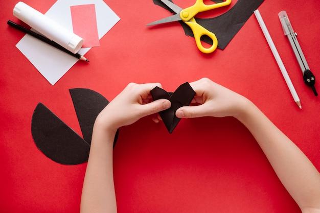 Как сделать летучую мышь из бумаги в домашних условиях. руки делают ремесло из бумаги. пошаговая фото инструкция. шаг 5. формирование головы. детский diy арт-проект
