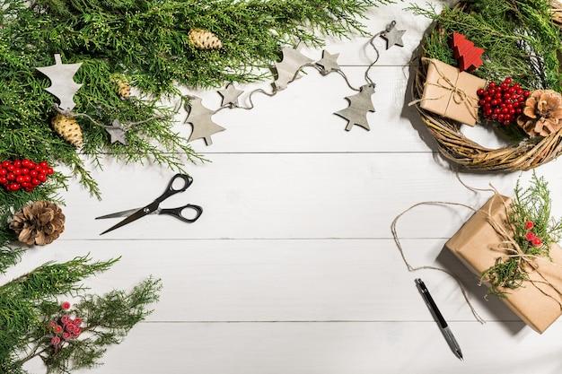 Как сделать рождественский венок на дверь. рабочий процесс. рабочее место декоратора. вид сверху. скопируйте пространство. натюрморт. плоская планировка.