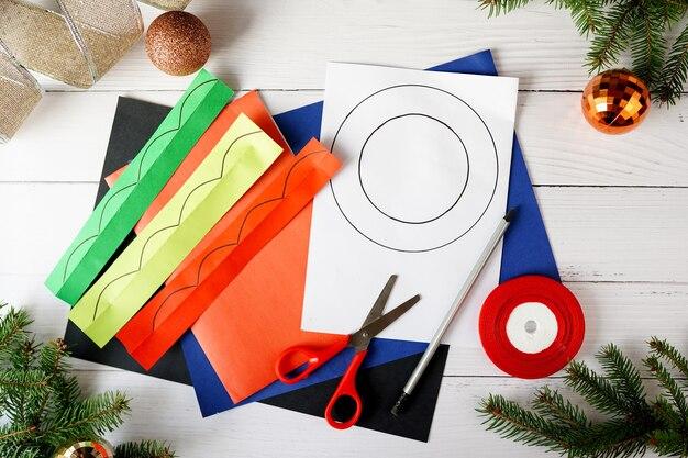 Как сделать новогодний венок из бумаги. пошаговая инструкция. украшение новогоднего праздника своими руками своими руками. шаг 1