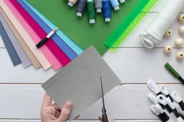 집에서 수 놓은 글자로 펠트 깃발 화환을 만드는 법.