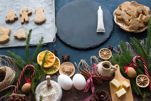 さまざまなクリスマスアクセサリーでジンジャーブレッドクッキーを作る方法