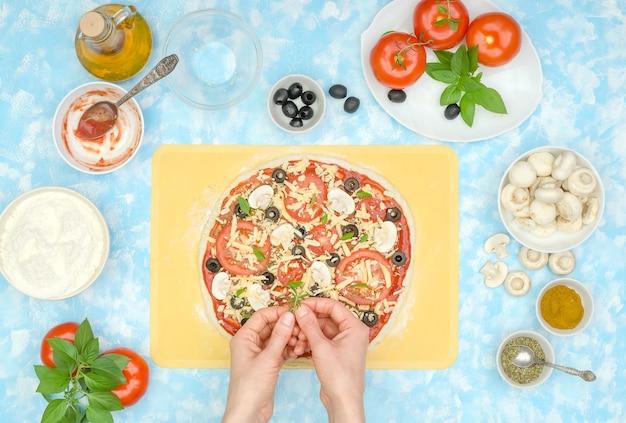ステップバイステップで自家製野菜ピザを作る方法、ステップ10-グリーンを追加する