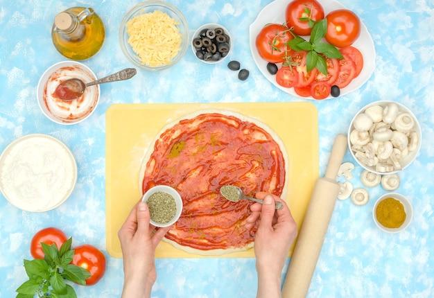 ステップバイステップで自家製野菜ピザを作る方法、ステップ4-スパイスを追加する