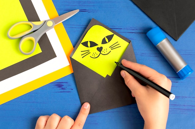 ハロウィーンの挨拶diyコンセプトのための黒猫でオリジナルの封筒を作る方法