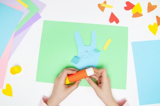 Как сделать бумажного зайчика для пасхальных поздравлений и веселья