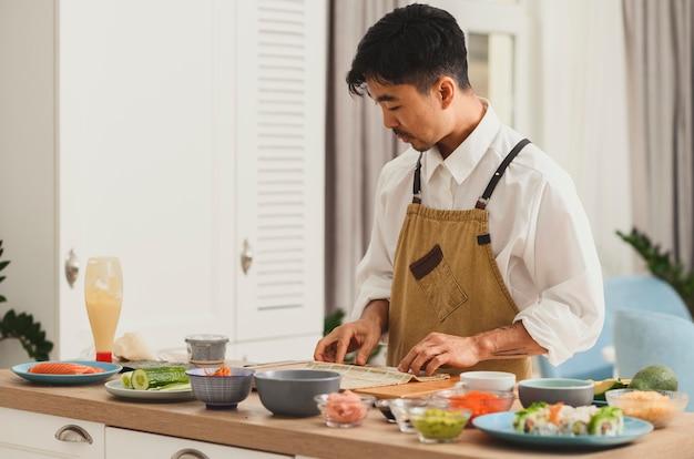 연어 오이 아보카도와 크림 치즈를 사용한 재료로 집에서 롤 스시를 온라인으로 만드는 방법