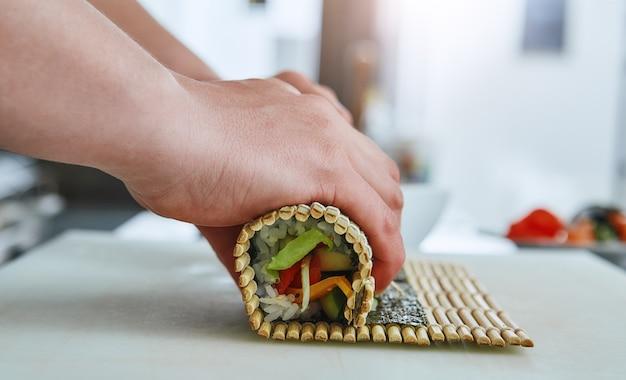 寿司の作り方寿司職人が巻き寿司を回す