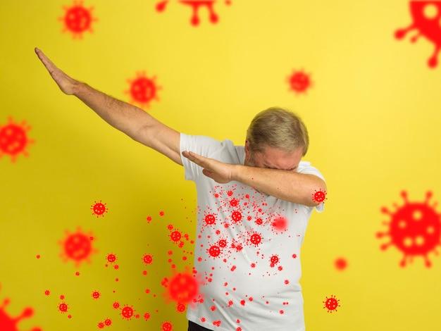 右くしゃみをする方法-ウイルスのイラストでスタジオの背景に隔離された白人の年配の男性を軽くたたく。美しい男性モデル。人間の感情、販売、ヘルスケア、医学の概念。エピデミックを止める