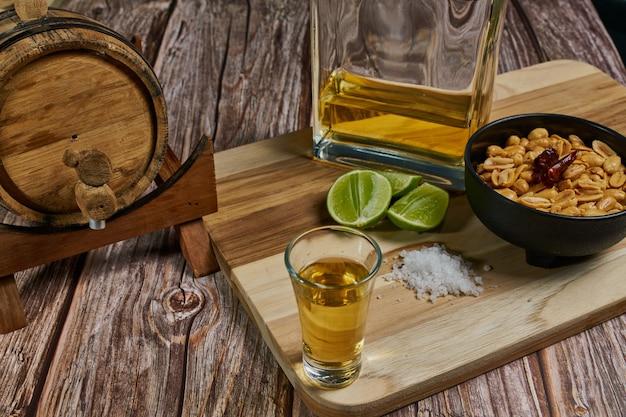 メキシコでレモンと塩と唐辛子のピーナッツを使ったテキーラの写真を撮る方法
